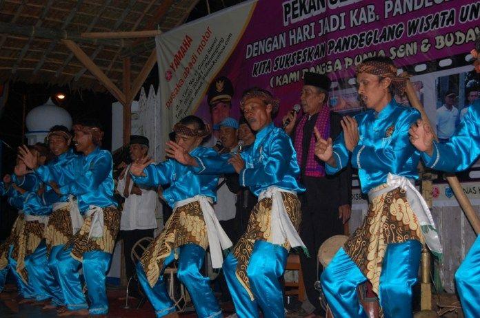 Kesenian Tradisional Banten Dzikir Saman Khas Islam. Kesenian berdasarkan lantunan dzikir dan alat musik tabuh sudah ada sejak zaman kesultanan Banten.