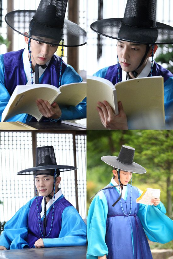 Lee Jun Ki beats the heat by reading on the set of 'Arang and the Magistrate'