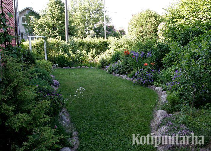 Perinteisesti kukkapenkit on reunustettu puutarhasta kaivetuilla luonnonkivillä. Nurmikonleikkuun kannalta epätasainen luonnonkivireunus ei ole helpoin vaihtoehto.