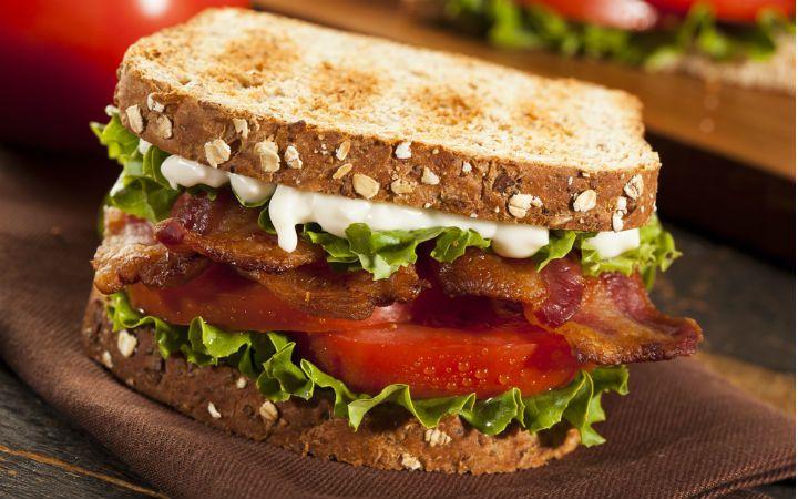 Domatesli Pastırmalı Sandviç Tarifi