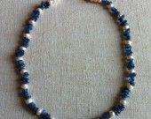 82) Collana con chips di cianite e perle d'acqua dolce formato bottone. Lunghezza 54 cm.