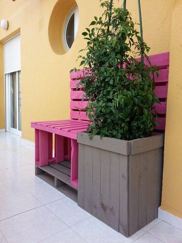 pink lackierte Sitzbank und Pflanzkübel aus Paletten