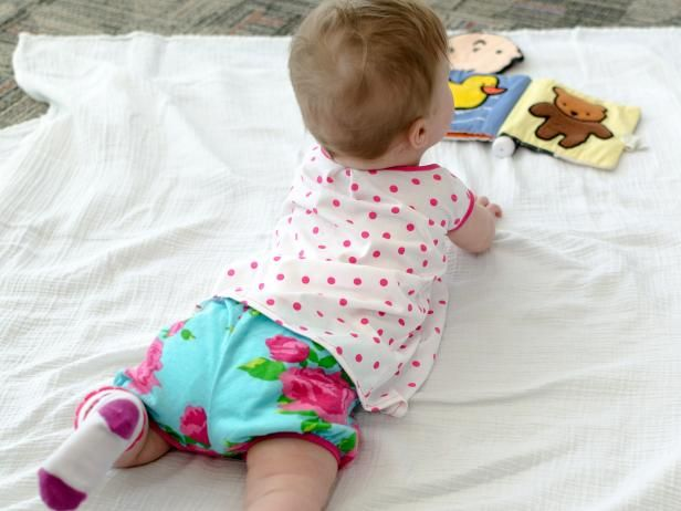 This free sewing pattern and easy instructions will have you whipping up tons of baby bloomers in no time, all in your favorite fabrics.