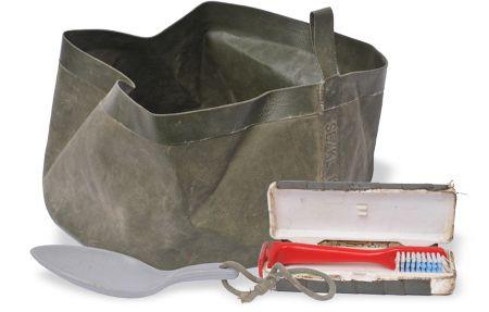 Enkele uitrustingsitems rond de persoonlijke verzorging van Commando Kroon, zo klein en licht mogelijke gehouden: een opvouwbaar wasbakje, een compact eetlepeltje en een tandenpoetssetje uit een kampeerwinkel. Het tubetje tandpasta ontbreekt. Door de borstel om te draaien en het doosje te sluiten, kon het doosje als 'greep' fungeren voor de borstel.