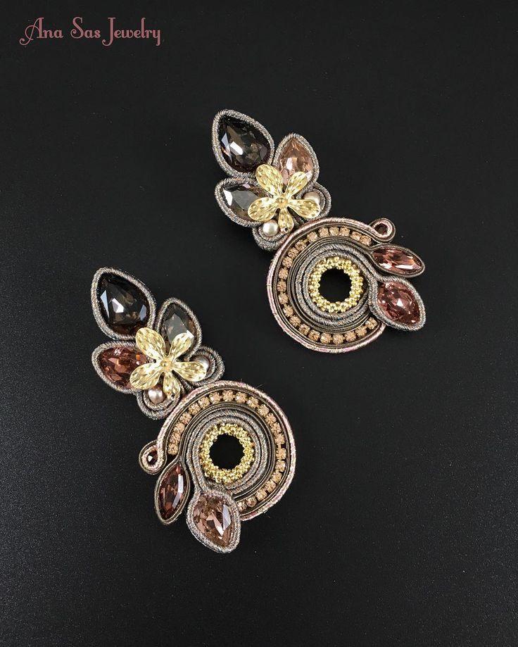 #soutache #handmadejewelry #handmade #earrings #statementjewellery #statementearrings #cercei #orecchini #madeinromania #swarovski #swarovskicrystals #gold