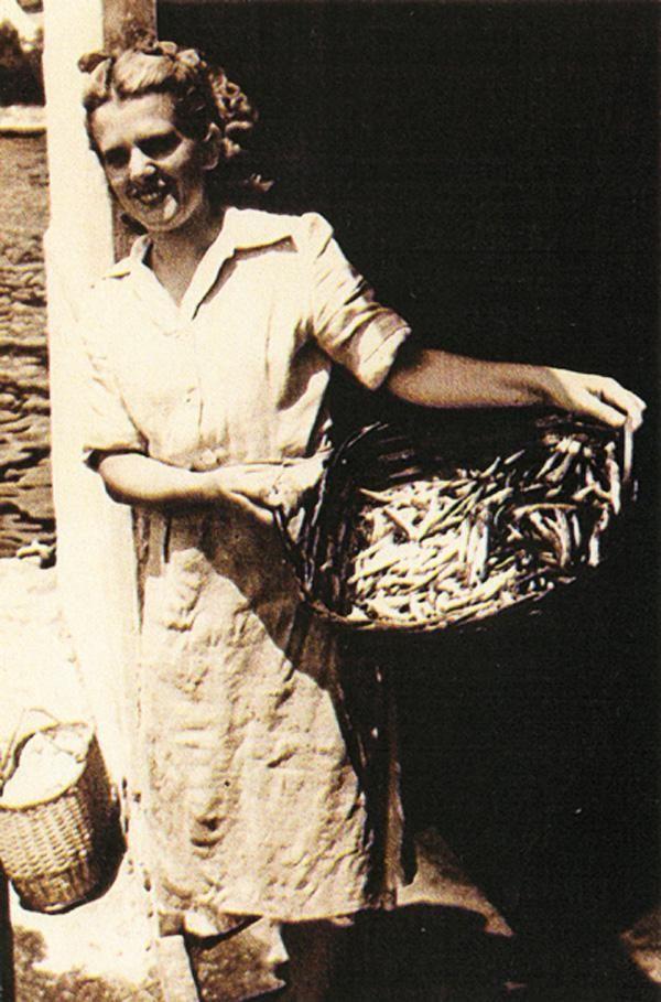 Mostra fotografica itinerante sulle donne tra antichi mestieri e nuovi rischi - Liguria Ragazza al  lavoro al Saladero. Isola Palmaria, Porto Venere