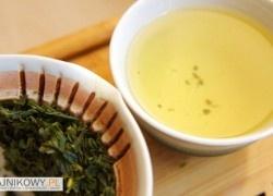 Jeoncha Koreańska Zielona Herbata opinie, recenzja Liście w wygrzanym gaiwanie pięknie pachną, czuję, że mam do czynienia z wysokiej jakości zieloną herbatą. Przypomina trochę Gyokuro lub En Shi Yu Lu. Pierwsze parzenie zrobiłem wodą o temperaturze 70*C i parzyłem około 1,5 minuty. Napar jest przyjemnie zielono-żółty, słodki w smaku. To zdecydowanie przedsmak drugiego parzenia.