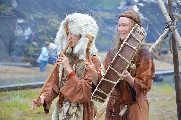 Molempina markkinapäivinä tunnelmaa nostattaa muinaista musiikkia soittava Äiniöinen. Luuppi, Oulu (Finland)