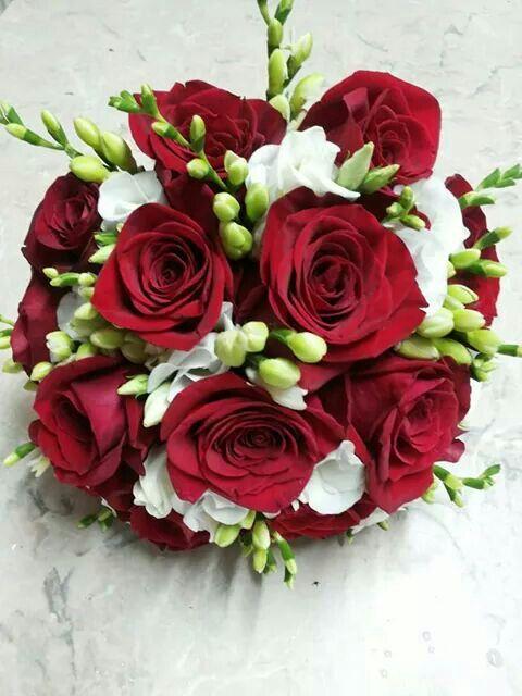Buchet trandafiri si frezii