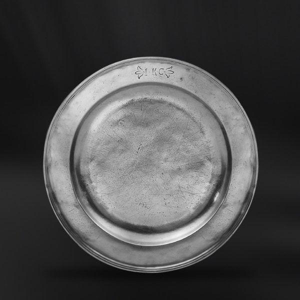 Pewter Plate - Diameter: 32 cm (12,6″) - Food Safe Product - #pewter #plate #dish #peltro #piatto #zinn #teller #zinnteller #étain #etain #assiette #plat #peltre #tinn #олово #оловянный #tableware #dinnerware #table #accessories #decor #design #bottega #peltro #GT #italian #handmade #made #italy #artisans #craftsmanship #craftsman #primitive