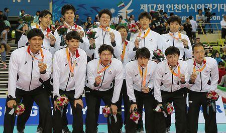 表彰式で銀メダルを手に撮影に応じるバレーボール男子日本チーム=3日、韓国・仁川 ▼3Oct2014時事通信|日本男子、連覇逃す=アジア大会・バレーボール http://www.jiji.com/jc/zc?k=201410/2014100300928