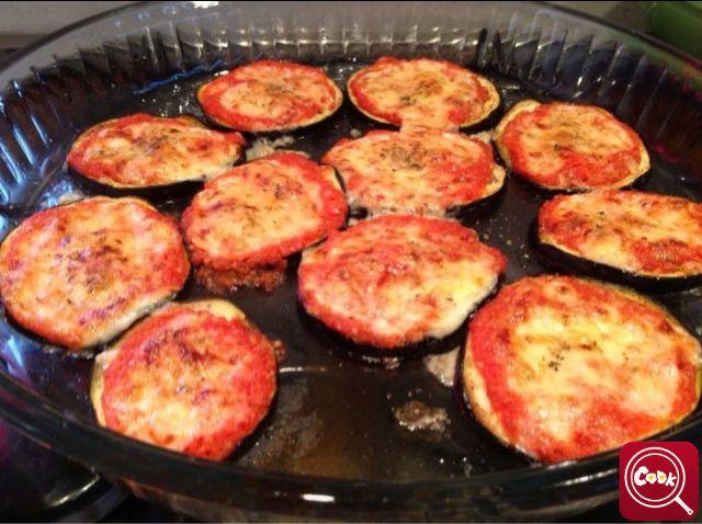 Pizzette di #melanzana.Scopri la #ricetta su www.acook.it. Segui i gustosi piatti dei #cuochi di acook e vota i tuoi preferiti. #BuonAPPetito