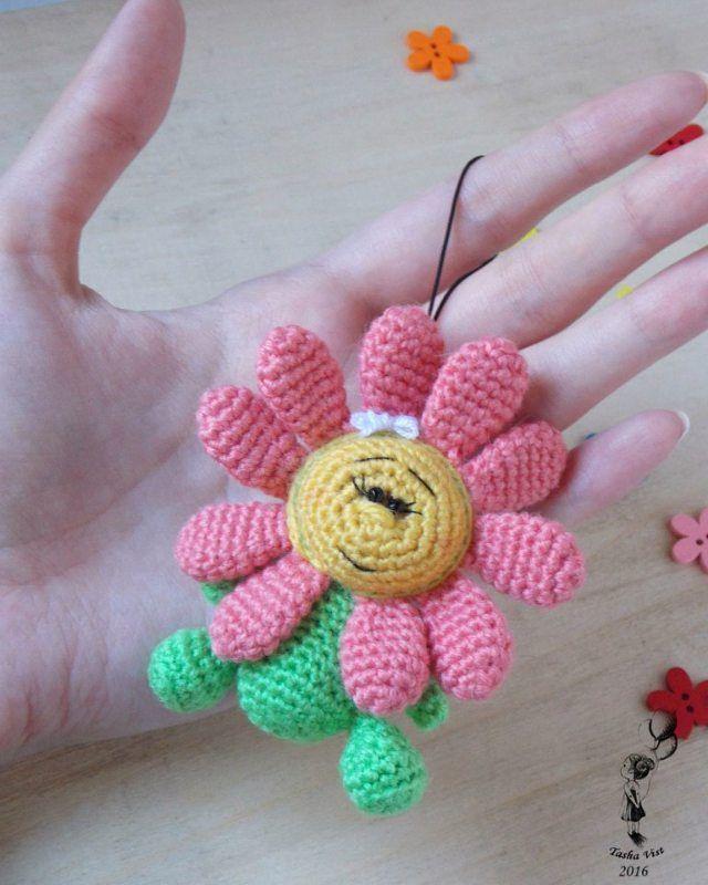 Ромашка. Размерчик 7 см. Может быть как игрушка, так и отлично смотрится брелком. Ручная работа, связанная крючком. #амигуруми #игрушки #брелки #цветы #ручнаяработа #crochet #toys #amigurumi #flowers #handmade