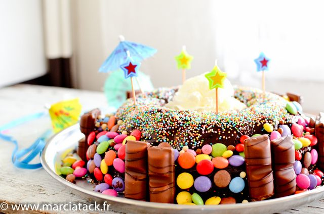 Un gâteau d'anniversaire fait maison, original et facile. Venant d'un livre tupperware, ce gâteau à étage, au chocolat et smarties séduira enfants et grands