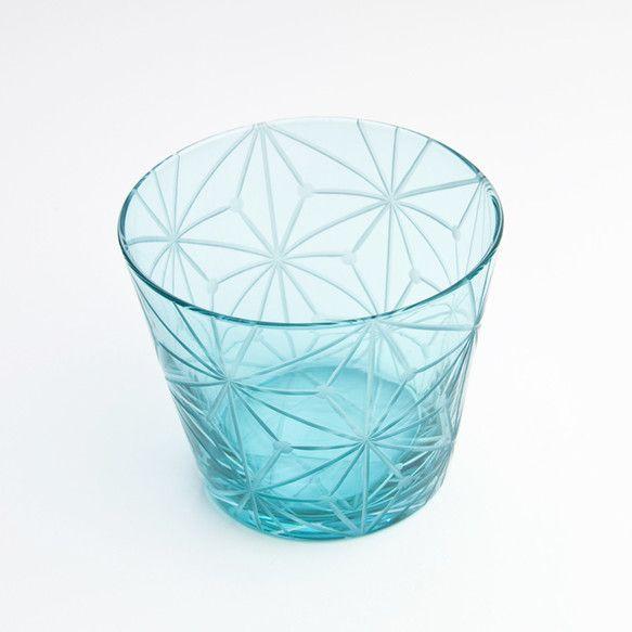 格安江戸切子(花切子)です。 約8.8cmx7.7cm 熟練職人が伝統柄の麻の葉の江戸切子(花切子)を施しました。 手作りの内被せガラス(内側に色を付けたもの)を使用しています。 全3色お揃いのサラダボウルもあります。
