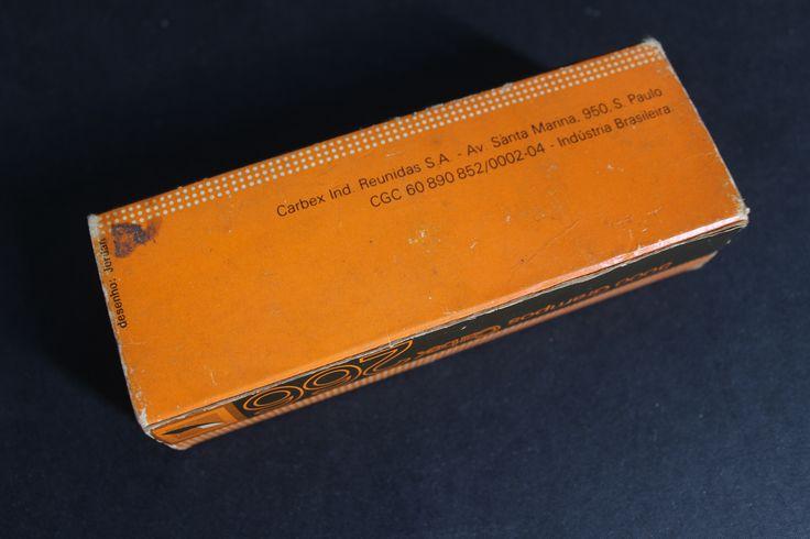 Fundo da embalagem de grampos Carbex. Designer Fred Jordan, infelizmente não consta o ano.