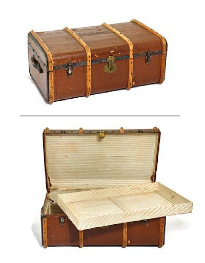 """REISEKOFFERT  """"Amerika-koffert""""-type. Trukket med brunfarget lerret. Lister i lyst tre. Eiermerket O. Sandnes.  Ca. 1900."""