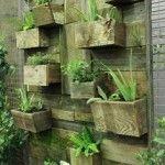 Planteur vertical avec palettes planches et bocaux en verre