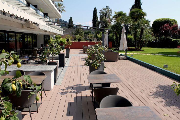 L'Hotel Salò du Parc è situato in una posizione tranquilla con accesso diretto al Lago di Garda. La struttura dispone di tutti gli ingredienti per una serena vacanza. Un design classico e elegante contraddistingue  questo hotel, che offre ai suoi ospiti un'ospitalità di lusso. Déco, famosa e riconosciuta nel mondo del contract, si è occupata dei rivestimenti esterni per la zona ristorante e bar. Décowood il profilo selezionato: si sposa perfettamente con le esigenze del mondo del contract.