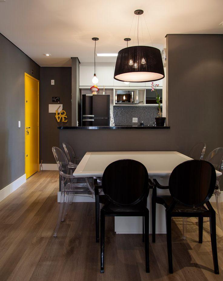 A divisão dos espaços integrados se deu por essa mesa com cadeiras, que ganhou uma função de sala de jantar.