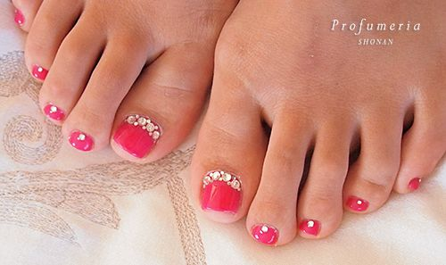 Red toenails..so pretty!! via Rabbit