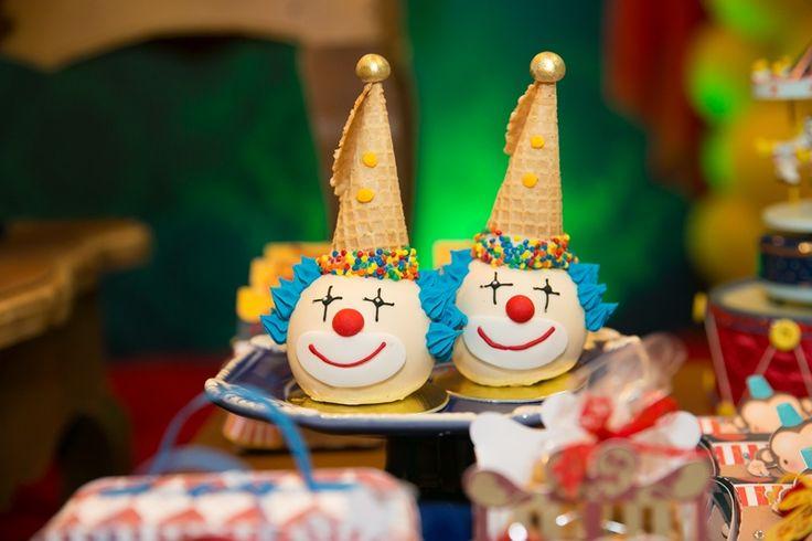Maçã do amor decorada feita com casquinha de sorvete para festa circo vintage