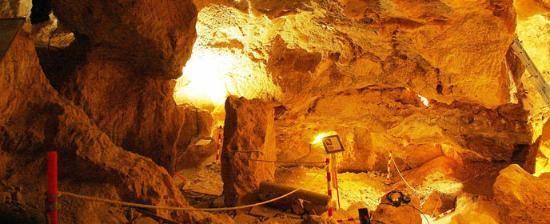MINA ROMANA DE LAPIS SPECULARIS DE LA MORA ENCANTADA en Torrejoncillo del Rey (Cuenca). La mina fue explotada por los romanos para la extracción de famoso lapis specularis o cristal de Hispania, un yeso transparente que se utilizaba a modo de cristal para ventanales. Su recorrido tiene más de 1.000 metros y tres niveles de explotación. Además, permite adentrarse en una cavidad con 2.000 años de antigüedad.