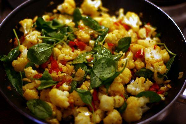 Zutaten  für 2 - 3 Personen mit Reis als Beilage   ½ Blumenkohl  1 Handvoll frische Spinatblätter  2 EL gestiftelte Mandeln  3 frische Tomat...