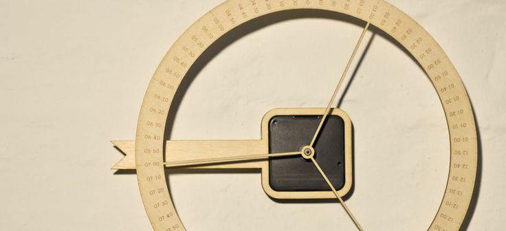Diese Wanduhr besitzt im Gegensatz zu herkömmlichen Uhren nur einen Zeiger und dieser steht still und fungiert als Pfeil. Es bewegt sich hingegen das Ziffernblatt.   Design: nonessentials Produktbeschreibung vom Designer  #manugoo #productdesign