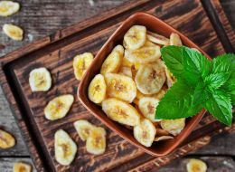 Банановые чипсы https://www.go-cook.ru/bananovye-chipsy/  Чрезвычайно простой диетический десерт для тех, кто не может совсем уж без сладкого к чаю или кофе. К слову, с таким десертом класть сахар и даже сахарозаменитель в горячий напиток не нужно от слова «совсем». Рецепт банановых чипсов Время подготовки: 5 минут Время приготовления: 20 минут Общее время: 25 минут Кухня: Русская Тип: Десерт Порций: … Читать далее Банановые чипсы