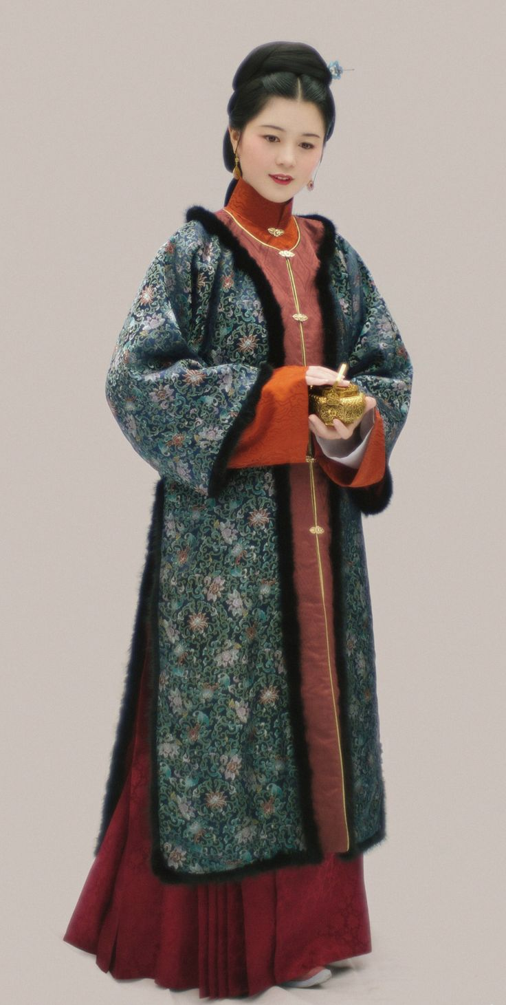 "changan-moon: ""Traditional Chinese hanfu in Ming dynasty style. Garments: 仙鹤云纹桑波缎立领斜襟长袄, 西番莲宋锦圆领棉袄, 缠枝莲缎马面裙. Photo&Clothes by 撷秀 """