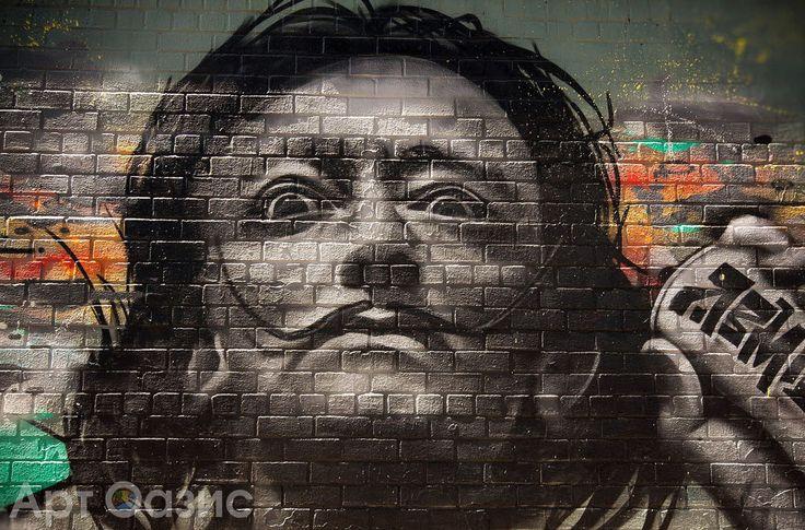 """Стрит-арт (Street art), или уличное искусство, вовсю завоевывает сегодня большие города. Но многие художники считают, что такому явлению дать определение в принципе нельзя. Все сходятся во мнении, что этому """"молодому"""" направлению, ставшему символом урбанизации, место на уличных стенах и в переулках. Но у каждого из нас появилась возможность повесить любое изображение на стене дома. Для этого нужно лишь желание, немного фантазии и снимок понравившегося стрит-арт объекта. Об остальном…"""