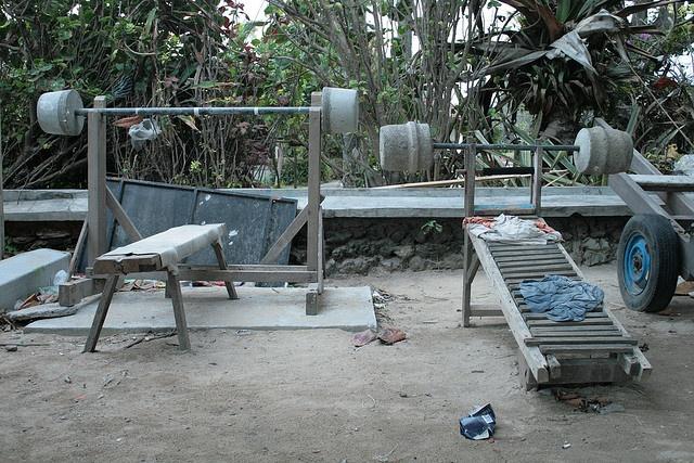 Simple fitness equipment on the beach of Bali. Met dit soort eenvoudige fitnessapparatuur kan het blijkbaar ook. Aan het strand van Sanur.     http://timemart.com.vn/  http://timemart.com.vn/tranh-theu-chu-thap/