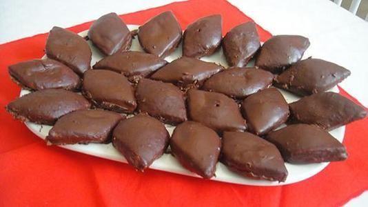 I mostaccioli, golosi dolci napoletani natalizi, sono stati citati in varie opere teatrali e letterarie. Scopriamone la breve storia e la ricetta