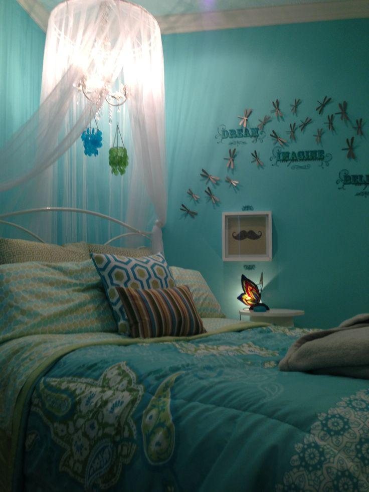 Preteen bedroom. Turquoise and white.
