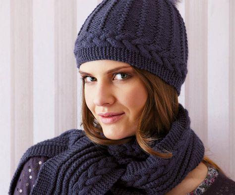 Dieser Zopfschal und die passende Mütze mit einem Kunstfell-Pompon ist ein elegantes Set für den ganzen Winter, mit dem die Aufmerksamkeit garantiert ist.