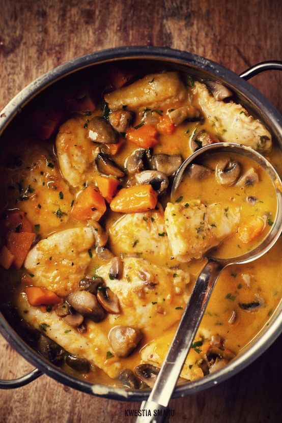 Chicken, mushroom and pumpkin stew Ingredients 4 servings: • 2 large single chicken breast (1 double) • salt and freshly ground black pepper • 1 tablespoon fresh thyme Lisków (or 1/2 teaspoon dried) • 700 g pumpkin (weighed with skin), about 450 g of the pulp , I used hokkaido pumpkin • 300 g mushrooms • 1 small onion • 3 tab