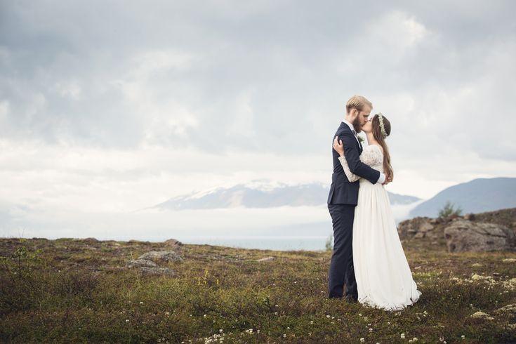 wedding portrait, iceland, wedding photographer, destination wedding, swedish wedding photographer, Bröllop, Bröllopsfotograf, Bohemian, bride, groom, baby's breath, krans Photo: www.photodesign.nu