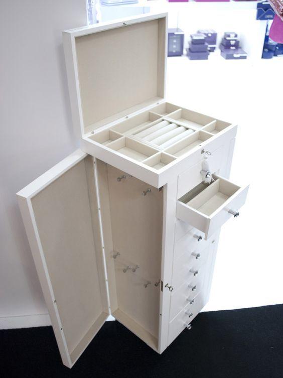 Esse gaveteiro da Art Caixas, na verdade, é um porta-bijuterias gigante. Em MDF com pintura laqueada, tem compartimento estofado para anéis, divisórias para brincos e ganchos para os colares longos.