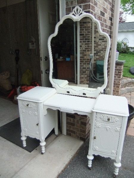 Vintage Vanity for one of the rooms....preferably mine!! lol