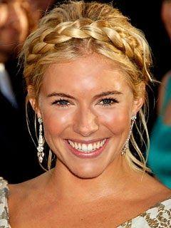 Brud~Bal och Festklänningar www.BALochFEST.SE: Fantastiskt vackert hår till balen, flätor uppsatt ! WOW säger jag bara!