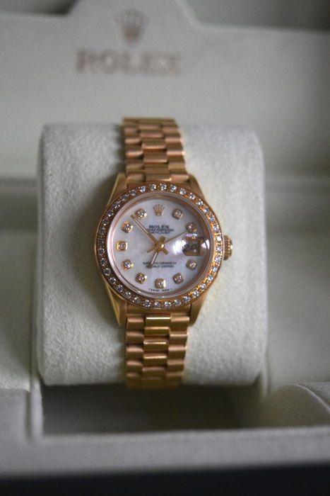 Rolex - DateJust - 69178 - vrouwen - 1990-1999  Een lady's Oyster Perpetual Datejust armband horloge. 18ct geel gouden zaak met diamond bezel. Referentie 69178 seriële 86  0Ondertekende automatische kaliber 2135 met snelle datum super voorwaarde instellenParelmoer wijzerplaat met diamanten dot uur markers26mm geval14CM pols grootte past. Meer links beschikbaar indien nodigJaar 1990.Alles op dit horloge is de uitstekende kwaliteit!Het heeft een prachtige Factory Rolex Ivory Diamond Dot Dial…