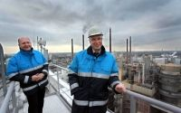 Haben die Technik im Blick: Technischer Leiter Martin Pätzold (l.) und Kraftwerksleiter Thomas Zekorn. Hinter ihnen ragen die Schornsteine wie Obelisken in den Himmel.  Fotos (4): Sergej Lepke