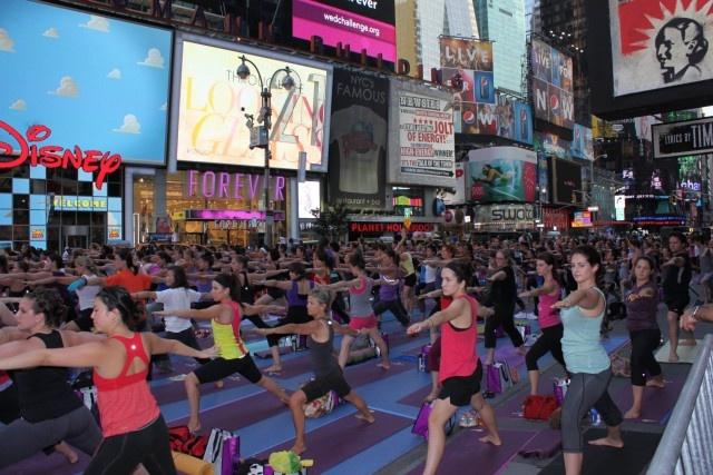 Título: Yoga en Times Square Lugar: Times Square, New York Autora: Edith Reyna Texto: en una ciudad tan agitada como New York se puede estar en paz y compartir la buena energía con todos. Tranquilidad en medio de la locura de la ciudad ...