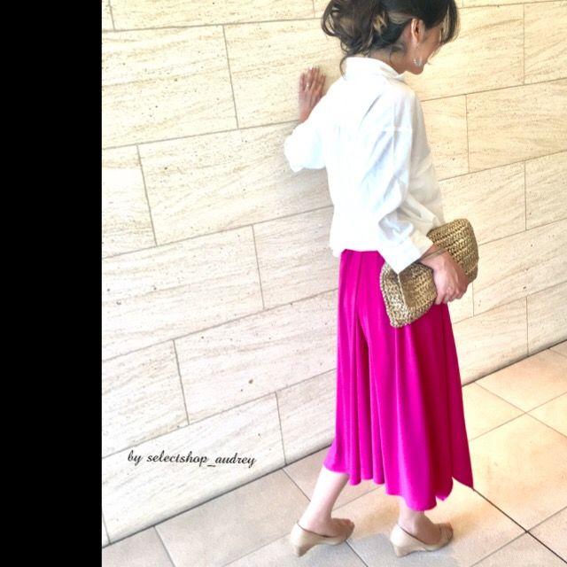 鮮!フクシア❣️ エレ女♪♪ 歩くたびにふわり。スカーチョだから、座っても、かがんでも安心! . 柔らかな生地、履き心地バツグン!裏地あり、サラッと脚裁き軽快♪ . ☆楽チン♪ウエストゴムパンツ!(左サイドファスナー) ☆裾デザイン、イレギュラー!!スッキリ、美シルエット♪ . #トップス #シャツコーデ #H&M #スカーチョ #ルピーノ#オードリー  #パンプス #アクセサリー(私物) #バッグ #H&M . ブラウス+お出かけに♪Tシャツ+デイリーコーデ♪ (店内、ラチネワイドスリーブ、フェザー柄ブラウス、UネックTシャツあり) .  色違い(グリーン・ネイビー)あり。 . 気になる方はお早めに😎💕 . 詳細はホームページ→ページ選択→ショッピングカートをご覧下さい♡ http://www.at-ml.jp/72193/←インスタ→プロフィールからノゾケます。お暇な時に💖 . #フクシア #ピンク #40 #30 #楽チンコーデ #ガウチョパンツ #プチプラコーデ #大人ピンク #綺麗になりたい#ママコーデ #ベージュパンプス