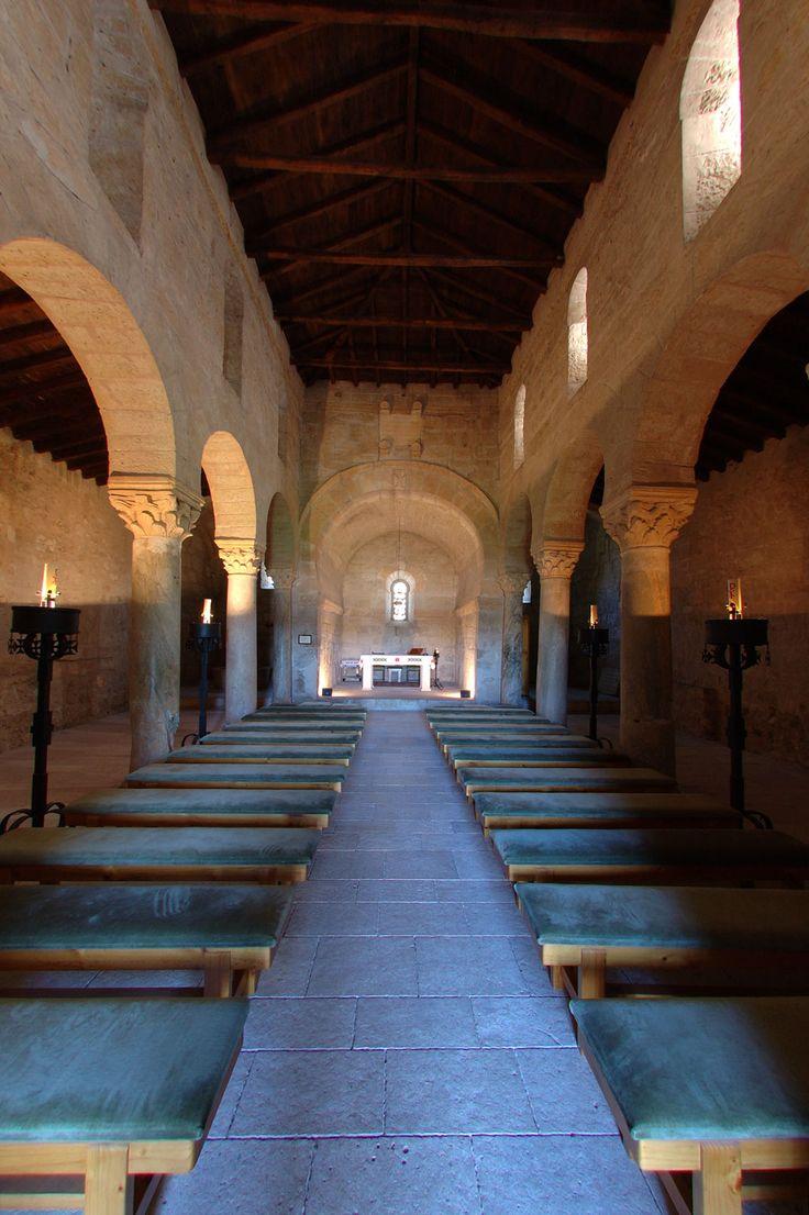 San Juan de Baños, Cerrato palentino. s.VII. GÓTICO CATÓLICO. Tres naves separadas por columnas con capiteles corintios sobre los que descansan arcos de herradura.
