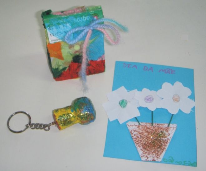 porta-chaves com postal e embrulho