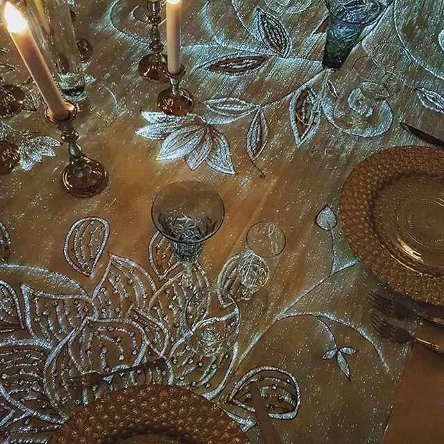 """Эффект свечения тканей от @dreamluxitalia восхитил! Сразу захотелось в пышном мерцающем платье принцессы принимать гостей во дворце.👰 Кстати, такую скатерть можно заказать на свою свадьбу за 1100 евро. Я представляю, насколько эффектным будет платье с такой """"вышивкой"""" #свадебныетренды #текстиль#будущеесвадеб#светящийсятекстиль#декорсвадьбы#свадебныйдекор#светлячки#эффектвау#whitesposa #wsinspiration#whitesposainspiration #whiteinspiration#петровскийпутевойдворец #мерцание#звезднаясвадьба…"""