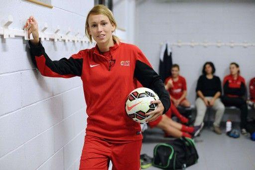 フランス女子サッカーリーグのASPTTアルビ(ASPTT Albi)に所属し、控室で写真撮影に応じるステファニー・ロシュ(Stephanie Roche、2014年11月24日撮影)。(c)AFP=時事/AFPBB News