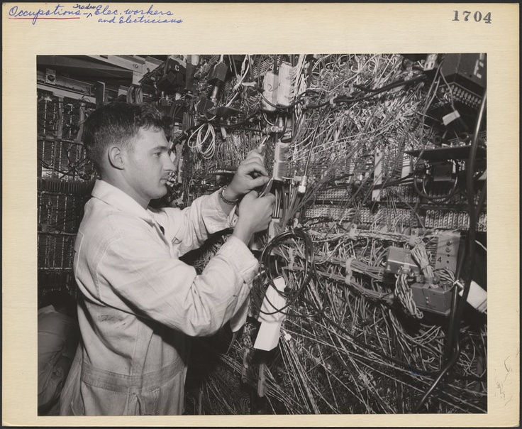 C'était révolutionnaire, fabriquer un ordi vers 1960 (mais loins de la nano technologie ou du mobile)!  The central computer of an electronic data processing system being assembled at the Hydro-Electric Commission of Ontario.   Canada. Dept. of Manpower and Immigration / Library and Archives Canada.